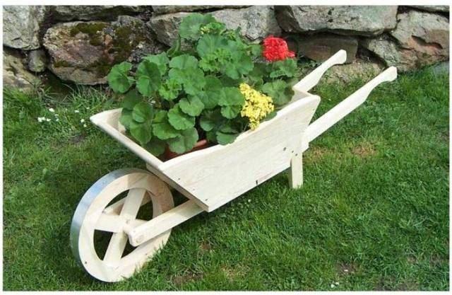 Dřevěný dekorační květináč trakař