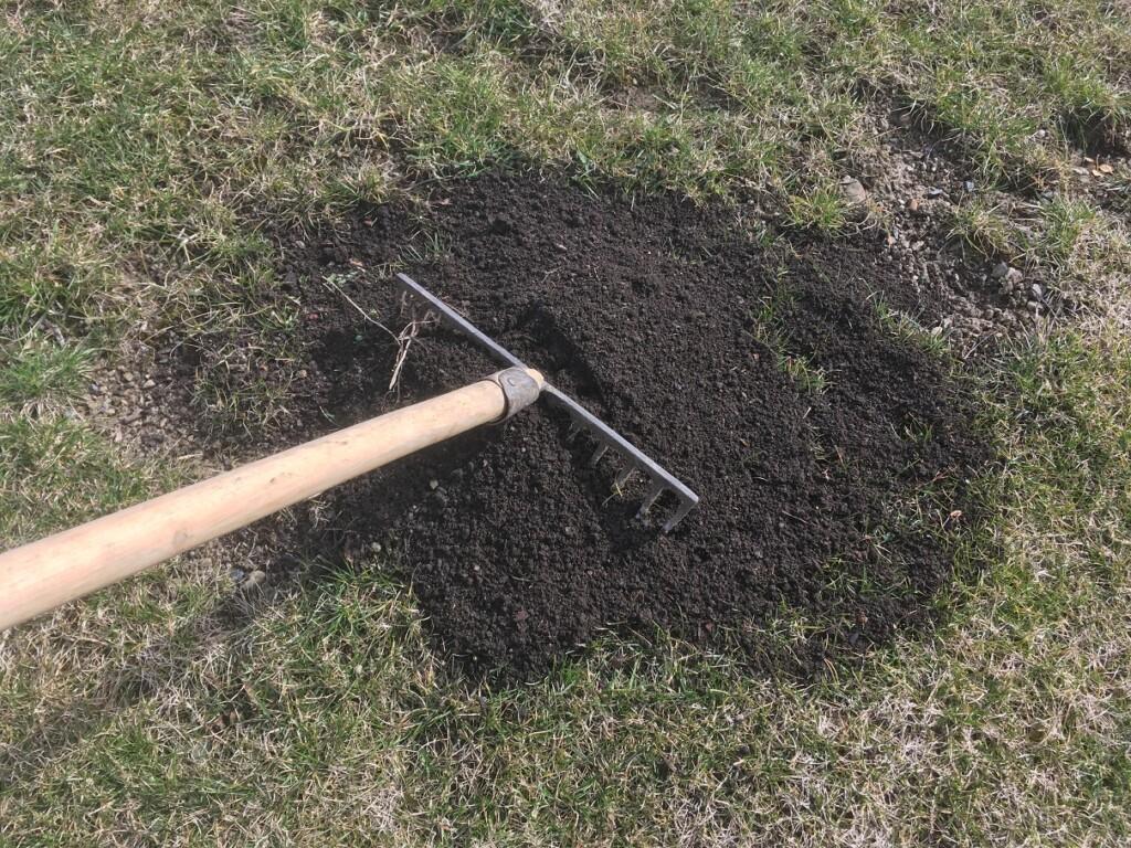 Kompost v trávníku