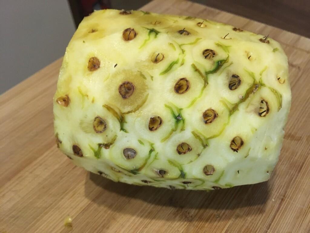 Částečně okrájený ananas